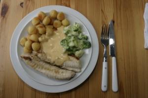 Godt smaker det også. Her anrettet som pannestekt med brokkoli, pommes noisettes og en god fiskesaus.